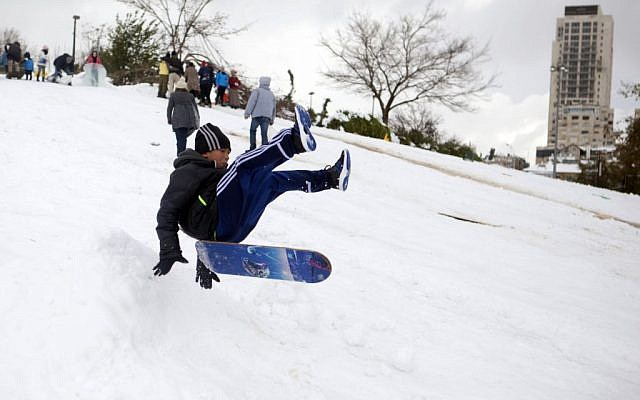 Israelis play in Sacher Park during heavy snowfall in Jerusalem on Thursday, December 13, 2013. (photo credit: Flash 90)