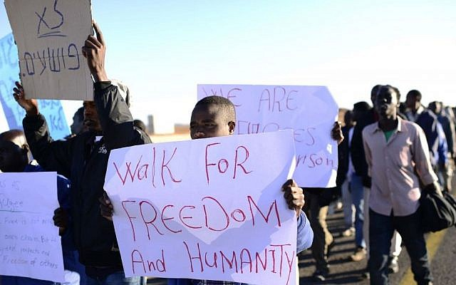 Sudanese refugees march toward Jerusalem in protest of the new Holot detention center for illegal migrants on Monday, December 16, 2013. (photo credit: Tomer Neuberg/Flash90)
