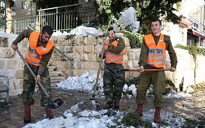 Soldiers came to help clear out Jerusalem from the big storm (photo credit: Nati Shochat/Flash 90)