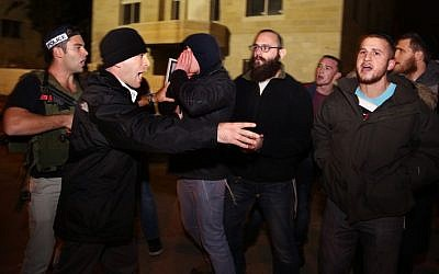 A group of Israelis clash with security guards at the entrance to Benjamin Netanyahu's residence, on December 30, 2013, in protest of the upcoming release of the third batch of 26 Palestinian prisoners. (Photo credit: Hadas Parush/Flash90)