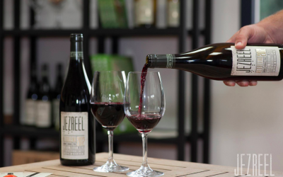 Pouring some Jezreel RedBlended 2012 (Courtesy Jezreel Vallery Winery)
