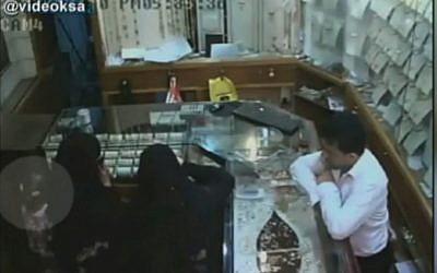Six-year-old girl robs Saudi Arabian jewelry store. (Screenshot)