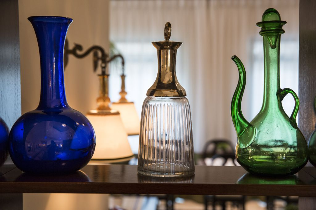 Period bottles and glassware decorate the hotel dining room (Courtesy Arthur Hotel)
