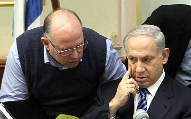 Uzi Arad (left) talks to Prime Minister Benjamin Netanyahu at a 2009 cabinet meeting. (Photo credit: Kobi Gideon / FLASH90)