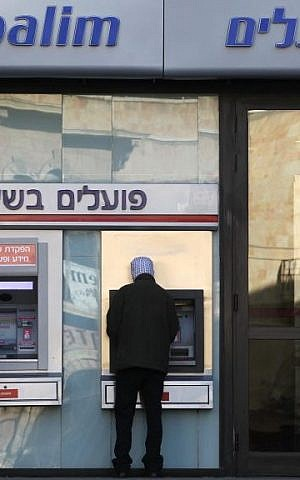 A Jerusalemite withdraws money from an ATM (Nati Shohat/Flash90)