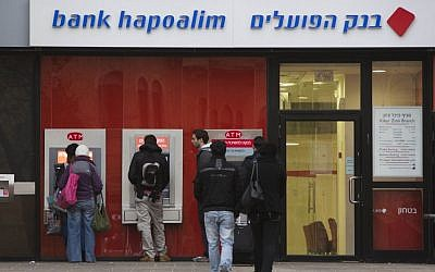 A Bank Hapoalim cash machine. (Yonatan Sindel/Flash90)