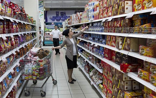 Israelis buying food at the Rami Levi supermarket in the Talpiot neighborhood of Jerusalem, September 03, 2013. (photo credit: Yonatan Sindel/Flash90)