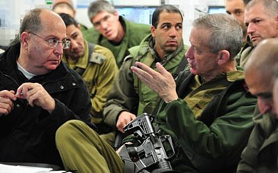 Talking about training? Israel's Defense Minister Moshe Ya'alon (L) and IDF Chief of Staff Benny Gantz meet, December 31, 2013 (photo credit: Ministry of Defense/FLASH90)
