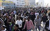 Eritrean asylum seekers march down Tel Aviv's boardwalk toward the US Embassy in 2014 (Tomer Neuberg/Flash90)