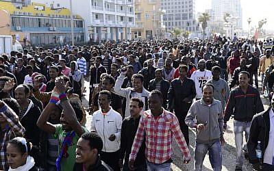 Eritrean asylum seekers march down Tel Aviv's boardwalk toward the US Embassy in 2014 (Tomer Neuberg/Flash90)