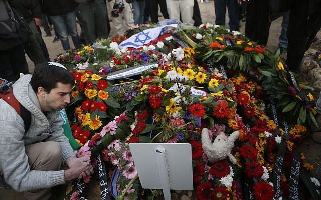 Israelis lay flower on the fresh grave of Ariel Sharon on Monday, January 13, 2014. (photo credit: Miriam Alster/Flash90)