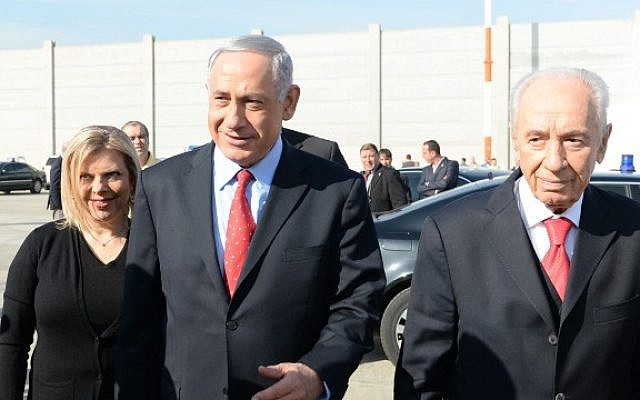 President Shimon Peres (R), Prime Minister Benjamin Netanyahu (C) and his wife Sara (L), board the to depart to Davos, Switzerland, to attend the World Economic Forum, on Wednesday, January 22, 2014. (photo credit: Kobi Gideon/GPO/Flash 90)