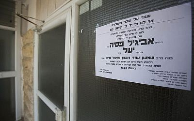A sign announcing the funeral of Yael and Avigail Gross, two young girls who were poisoned by hazardous materials left in their home by an exterminator, in Jerusalem, Friday, January 24, 2014 (photo credit: Yonatan Sindel/Flash90)