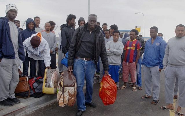 "African refugees arrive the ""Holot"" detention center in southern Israel on January 26, 2014 (photo credit: Flash90)"
