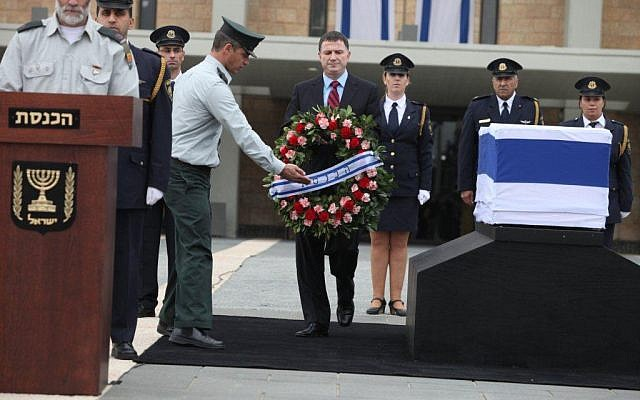 Knesset Speaker Yuli Edelstein lays a wreath near the casket of former prime minister Ariel Sharon in Jerusalem, Sunday, January 12, 2014 (photo credit: Knesset spokesman)