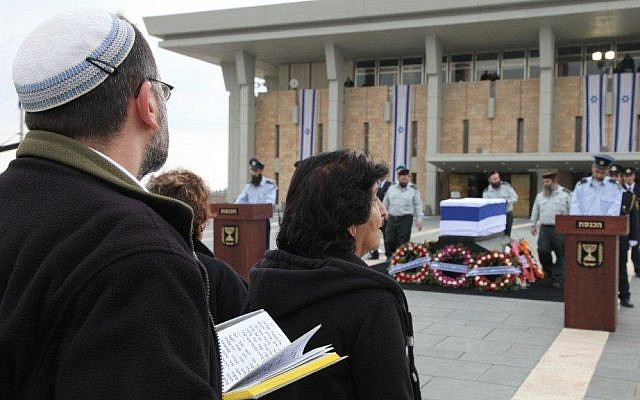 Mourners visiting the coffin of former prime minister Ariel Sharon at the Knesset. (photo credit: Knesset Press Office)