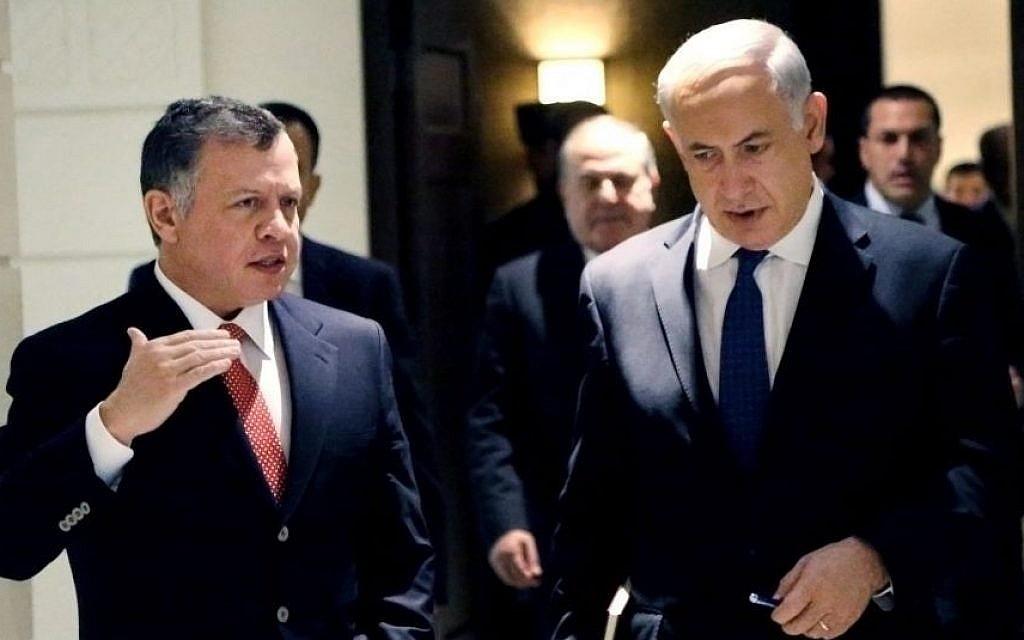 Prime Minister Benjamin Netanyahu, right, and Jordan's King Abdullah II, left, at the Royal Palace in Amman, Jordan, on January 16, 2014. (AP/Yousef Allan, Jordanian Royal Palace)