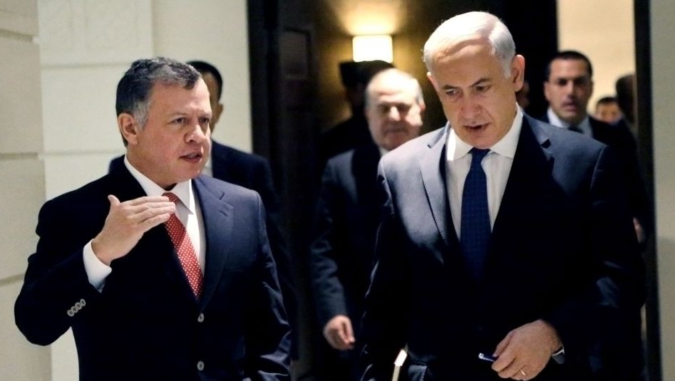 Prime Minister Benjamin Netanyahu, right, listens to Jordan's King Abdullah II, left, as they meet at the Royal Palace in Amman, Jordan on Thursday, January 16, 2014. (photo credit: AP/Yousef Allan, Jordanian Royal Palace)