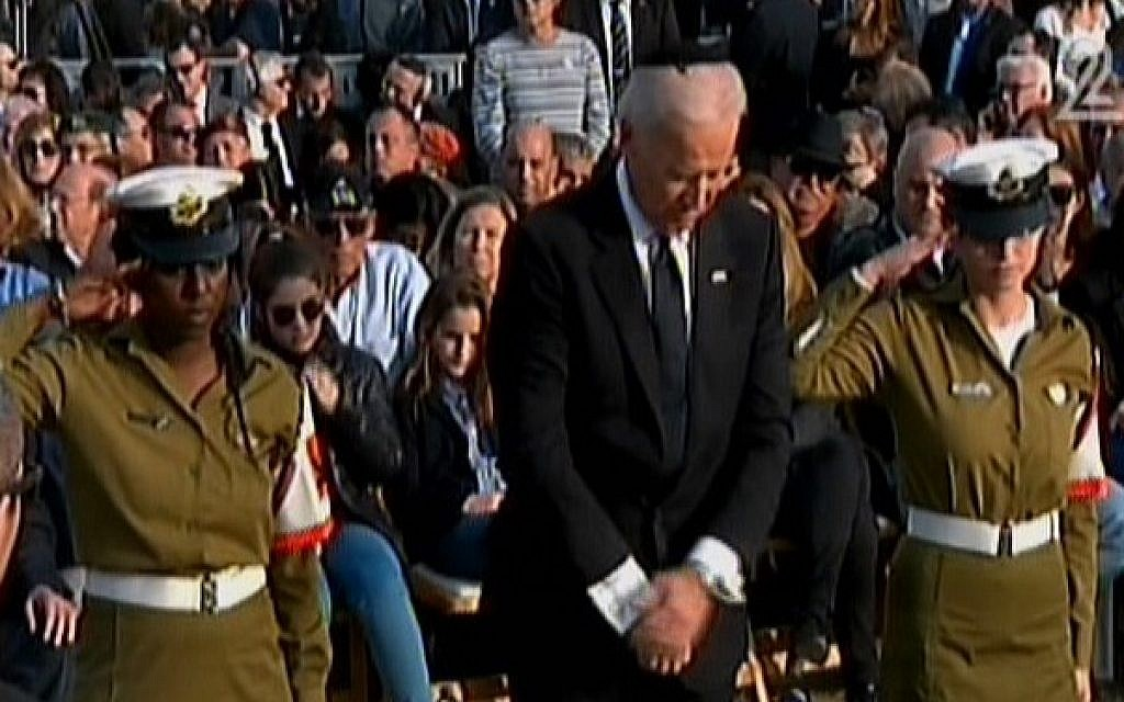 US Vice President Joe Biden pauses after laying a wreath on the grave of former prime minister Ariel Sharon, Sunday, January 13, 2014 (screen capture: Channel 2)
