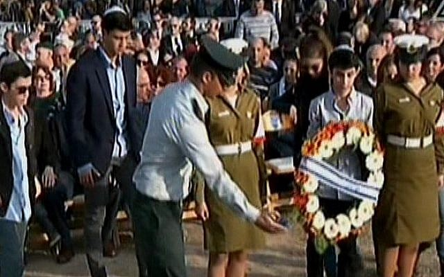 The grandchildren of Ariel Sharon lay a wreath at his grave, Monday, January 13, 2014. (photo credit: screen shot/Channel 2)