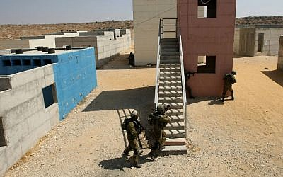 Israeli soldiers of the Paratroopers Brigade train in an urban warfare training at a training base, in southern Israel. (photo credit: Kobi Gideon / Flash90)