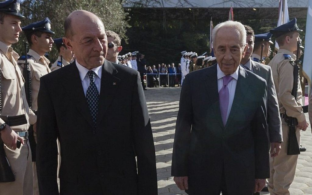 Romanian President Traian Basescu, left, and Israeli President Shimon Peres reviewing an honor guard in Jerusalem, Jan. 20, 2014 (photo credit: Flash90 via JTA)