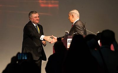 IBM's Steve Mills (L.) greets Prime Minister Benjamin Netanyahu on stage at CyberTech 2014 (Photo credit: Dan Machlis)