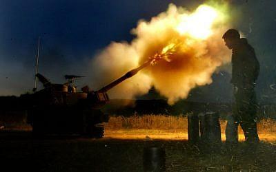 Israeli artillery howitzers fire on Hezbollah targets at the Israeli-Lebanese border on July 18, 2006. (Olivier Fitoussi/Flash90)
