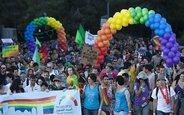 Thousands of people march during the annual Gay Pride parade in Jerusalem on August 1, 2013. (Yonatan Sindel/Flash90)