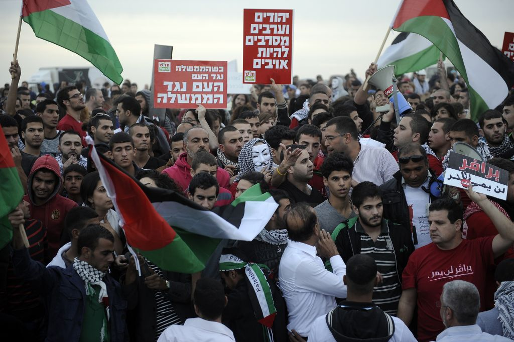 Police and protesters clash at a rally where around 1,200 demonstrators gathered in the southern Israeli town of Hura during a protest against the government's plan to resettle Bedouin residents of the Negev, November 30, 2013. (Photo credit: DAVID BUIMOVITCH/FLASH90)