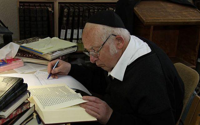Rabbi Aharon Lichtenstein, head of the Har Etzion yeshiva and winner of the 2014 Israel prize. (Gershon Elinson/Flash90)