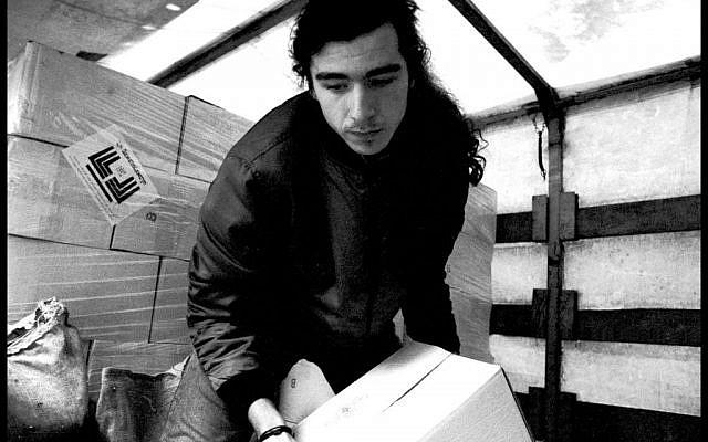 Unloading food shipment at the Jewish community center, February 1994. (photo credit: Edward Serotta)