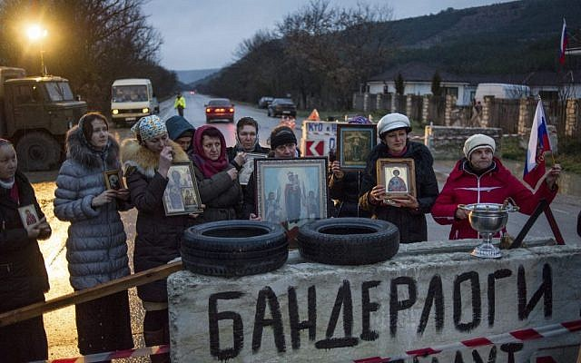 Pro-Russian activists hold up Orthodox icons at a checkpoint outside the Ukrainian Black Sea port of Sevastopol in the Crimea, Ukraine, Thursday, Feb. 27, 2014.  (photo credit: AP/Andrew Lubimov)