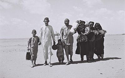 Yemenite Jews walking to Aden, the site of a reception camp, ahead of their emigration to Israel, 1949. (Kluger Zoltan/Israeli National Photo Archive/public domain)