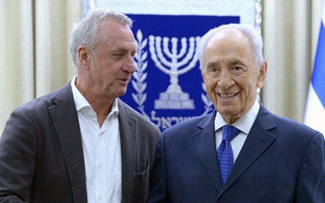 Israeli President, Shimon Peres (R), and former Dutch soccer player  Johan Cruyff in Jerusalem on February 23, 2014 (photo credit: Mark Neyman/GPO/Flash90)