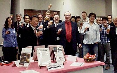 Professor Kenneth Grossberg (Center) with members of the Waseda Marketing Forum (Photo credit: Courtesy)