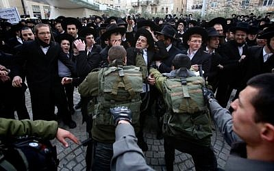 Ultra-orthodox protesters clash with Israeli police, February 06, 2014 (photo credit: Yonatan Sindel/Flash90)