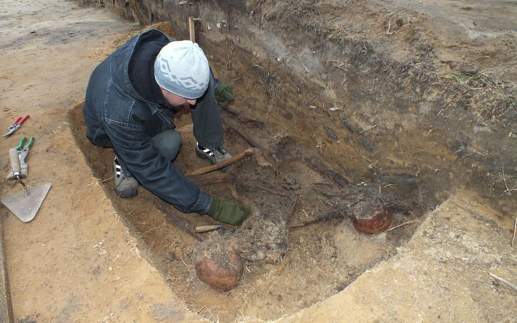 At Sobibor, an excavator unearths a skeleton toward the end of 2013 (photo courtesy: Wojtek Mazurek)