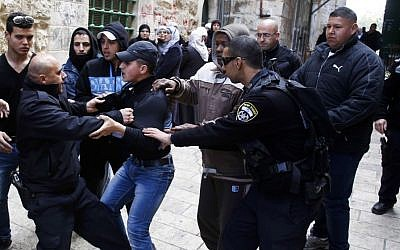 Israeli border policemen argue with Palestinians outside the Temple Mount in Jerusalem's Old City on February 25, 2014 (photo credit: Sliman Khader/Flash90)