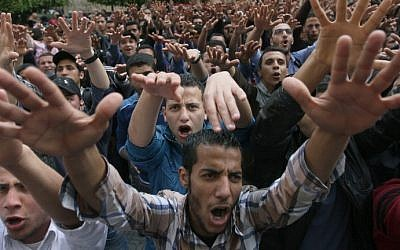 Egyptian students from Cairo University, supporters of ousted Islamist president Mohammed Morsi, demonstrate on campus, March 19, 2014. (AFP/Topshots/Mohamed el-Shahed)