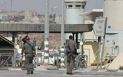 Illustrative: Border Police at the Qalandiya checkpoint, October 23, 2012 (Oren Nahshon/Flash90)