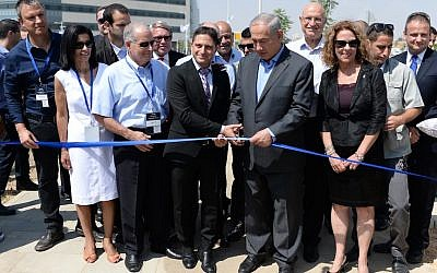 Prime minister Benjamin Netanyahu (2R) at an inauguration ceremony for the Beersheba Advanced Technology Park on September 3, 2013 (Photo credit: Kobi Gideon / GPO/Flash90