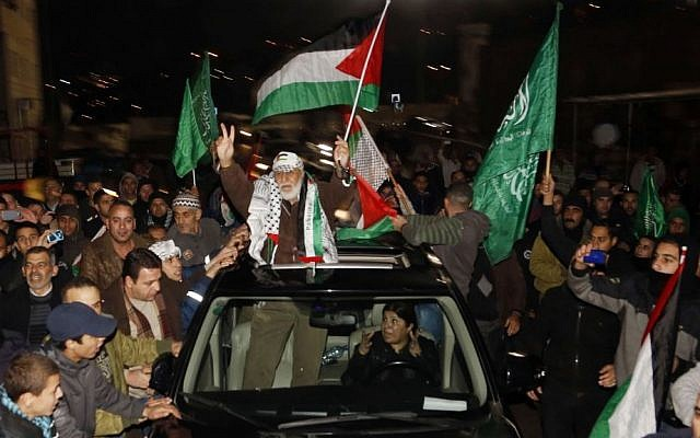 Thousands of Palestinians welcome Mahmoud Daajna, center, newly released after spending more than 20 years in an Israeli prison, at the Shuafat refugee camp, East Jerusalem, on December 30, 2013. (photo credit: Sliman Khader/Flash90)