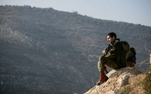 Illustrative photo of an IDF soldier in the Jordan Valley, January 2, 2014. (Uri Lenz/Flash90)