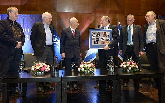 Former President Shimon Peres (center-left) at a panel with three Israeli Nobel Prize winners and Dr. Yossi Vardi (center-right), at the Technion in Haifa, on Wednesday, January 8, 2014. (Photo credit: Flash90)