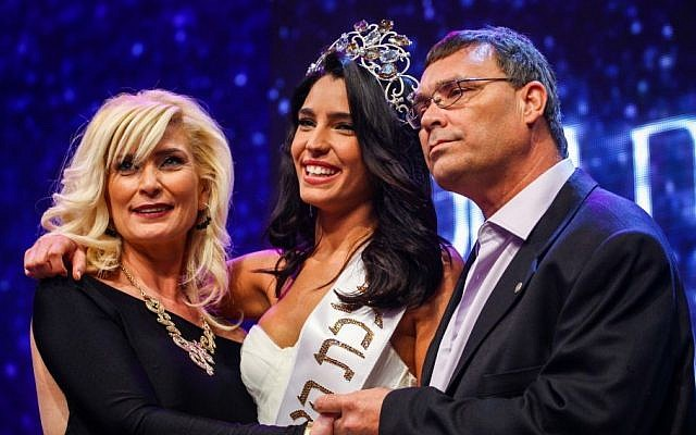 Mor Maman, the winner of the Israel's national beauty pageant seen with her parents after winning the competition in the city of Haifa on March 4, 2014. (Photo credit: Avishag Shaar Yashuv/Flash90)