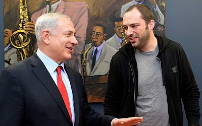 Prime Minister Benjamin Netanyahu (L) meets with Jan Koum, one of the founder of the messaging service WhatsApp, in Stanford, California, March 6, 2014. (Photo credit: Avi Ohayon/GPO/FLASH90)