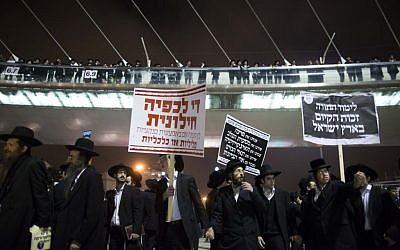 Hundreds of Ultra orthodox Jewish protest in Jerusalem on March 19, 2014. (photo credit: Yonatan Sindel/Flash90)