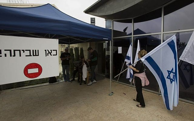 Foreign Ministry workers protest as they strike outside the Foreign Ministry building in Jerusalem, March 24, 2014. (photo credit: Yonatan Sindel/Flash90)