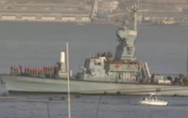 The INS Hetz sails into Eilat with all hands on deck on Saturday, March 8, 2014. (screen capture: Ynet)
